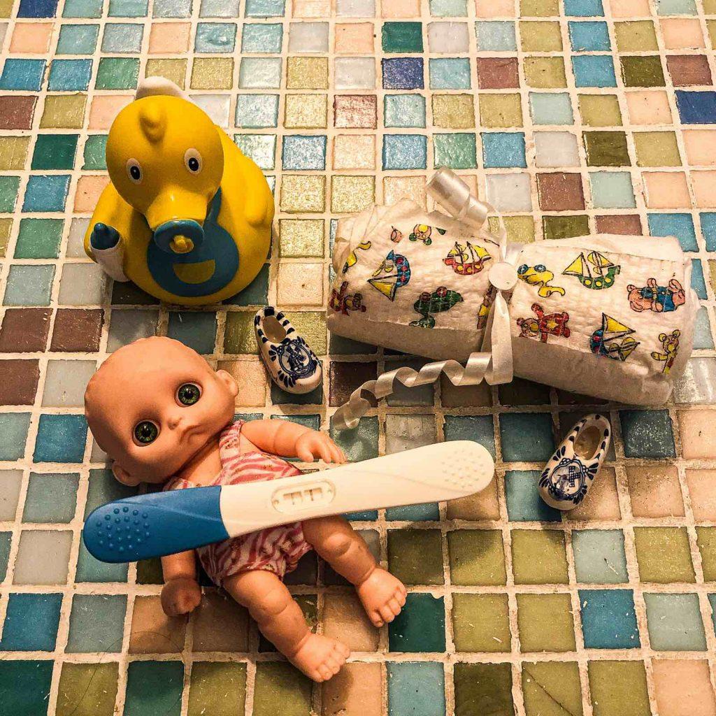 Test za trudnocu, lutka beba, pelena i patkica za kupanje. Trudnoca.
